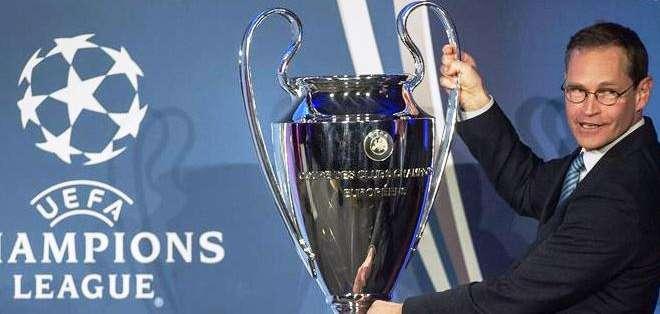 El trofeo en manos del alcalde de Berlín Michael Mueller (Foto: EFE)