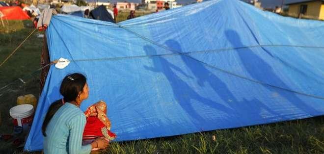 NEPAL.- Son miles los turistas que pugnan por salir de la nación asiática en desgracia.  Fotos: EFE