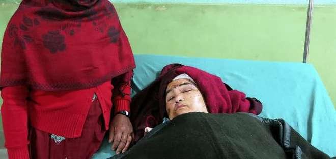 """NEPAL.- Imagen de la mujer parapléjica de 32 años que fue rescatada con vida y está """"estable"""" tras permanecer tres días atrapada entre los escombros de su vivienda en Katmandú. Foto: EFE"""