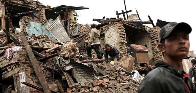NEPAL. Miles de personas siguen en la calle, bien porque perdieron sus casas o por miedo a nuevos temblores y derrumbes. Fotos: EFE