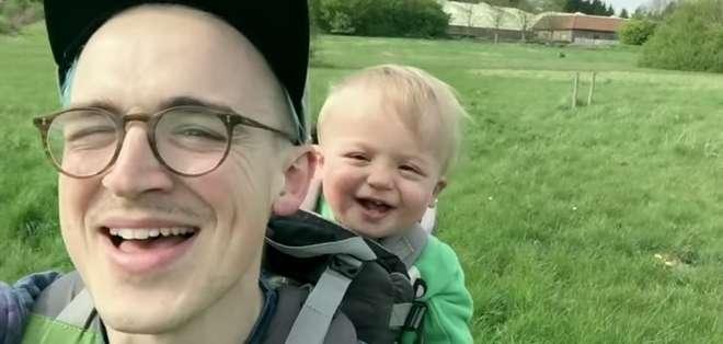 REINO UNIDO.- Tom Fletcher captó los instantes en que su pequeño se reía mientras veía un diente de león.  Fotos: Captura Video.
