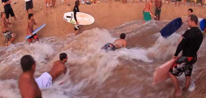 EE.UU.- Los intrépidos deportistas probaron la manera de crear olas en un río. Fotos: Captura Video