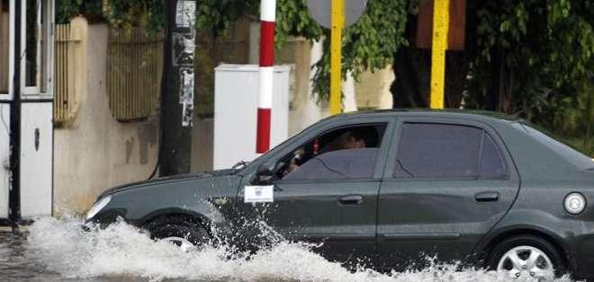 """En áreas de La Habana Vieja tuvieron que ser evacuadas 151 personas en medio de """"severas"""" obstrucciones al tráfico, precisó el diario Granma."""