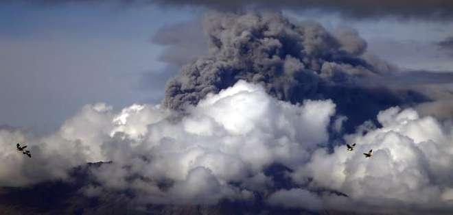 CHILE.- El coloso chileno entró en erupción la semana pasada después de 42 años de inactividad.  Fotos: EFE