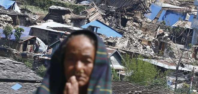 La última cifra de fallecidos es de 6.841 y la de heridos de 14.087, pero se espera que aumente el número de víctimas. Fotos: EFE.