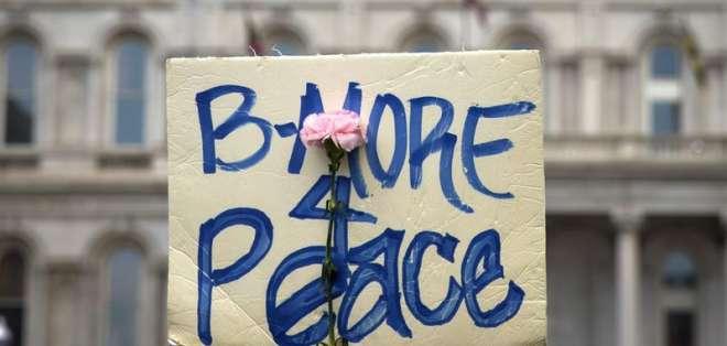 Ayer se anunció la imputación de seis policías por la muerte del joven negro Freddie Gray. Fotos: EFE.