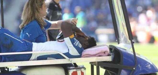 El delantero fue retirado en camilla del terreno de juego y trasladado al Hospital Quirón de Barcelona.