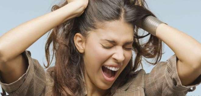 Mujer halándose el cabello El estrés siempre se asocia con cosas negativas, pero también puede ser útil...