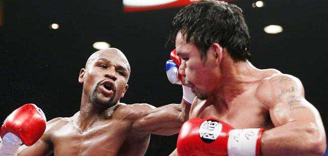 Mayweather Jr. propinando un golpe a Pacquiao (Foto: EFE)