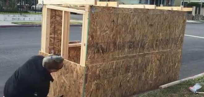 EE.UU.- En una acción desinteresada, un hombre le brindó un hogar a una mujer.  Foto: Captura Video