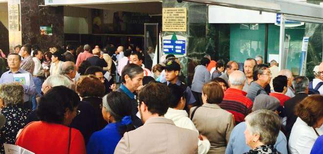 ECUADOR.- Malestar se registra en la caja del Instituto Ecuatoriano de Seguridad Social (IESS) en Quito. Foto: Juan Carlos Aizprúa / Ecuavisa