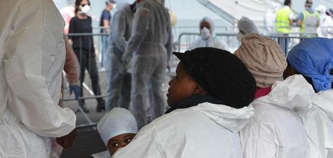 """ITALIA. Por el momento, medios de comunicación italianos han explicado que en el buque de carga """"Zeran"""" llegaron 194 inmigrantes, entre ellos 18 mujeres y dos menores. Fotos: EFE"""