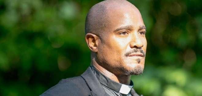 Seth Gilliam interpreta al sacerdote Gabriel Stokes en la serie de zombies.