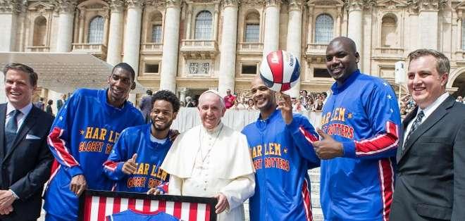 VATICANO.- El pontífice saludó a los jugadores y jugó con un balón en la plaza San Pedro. Fotos: AFP y EFE