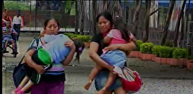 GUAYAQUIL.- María Rosa Chóez y Raquel Santana son dos madres que residen en una zona popular de Guayaquil.  Fotos: Captura Video.