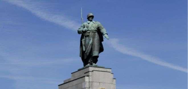 La estatua del soldado del Ejército Rojo conmemora a los soviéticos muertos en la toma de Berlín al final de la II Guerra Mundial.