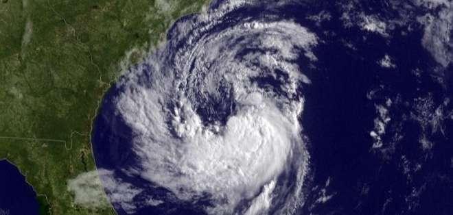 EE.UU.- El Centro Nacional de Huracanes emitió una alerta de tormenta tropical sobre 446 kilómetros de costa, que van desde South Santee River, en Carolina del Sur, hasta cabo Lookout, en Carolina del Norte. Fotos: Web.