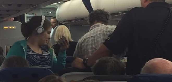 EE.UU.- La familia tuvo que abandonar el avión escoltada por las fuerzas de seguridad. Foto: Captura Video.