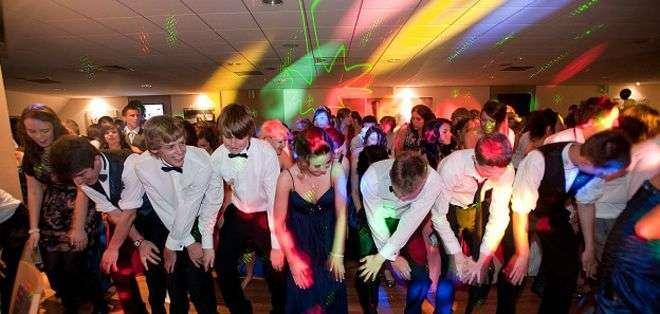 Tradicionalmente los bailes de graduación han servido para que los jóvenes heterosexuales puedan oficializar sus relaciones de pareja.