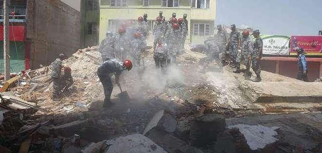 NEPAL. En el primer terremoto del martes, el suelo tembló durante cerca de un minuto, y las sirenas empezaron a sonar, según una corresponsal de la AFP en Katmandú. Fotos: EFE