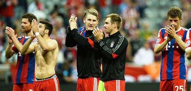 Los jugadores del Bayern reconocen el respaldo de sus hinchas (Foto: EFE)