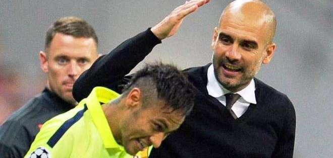 La camaradería entre el entrenador del Bayern, 'Pep' Guardiola, y el jugador del Barcelona, Neymar (Foto: EFE)
