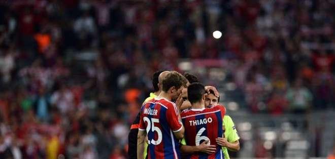 El abrazo entre colegas tras el partido (Foto: EFE)