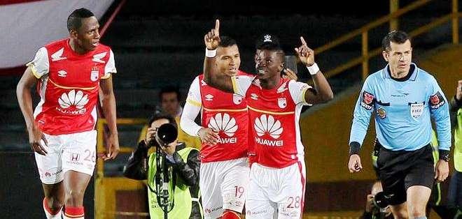 Yamilson Rivera, junto a sus compañeros, celebrando uno de los goles (Foto: EFE)