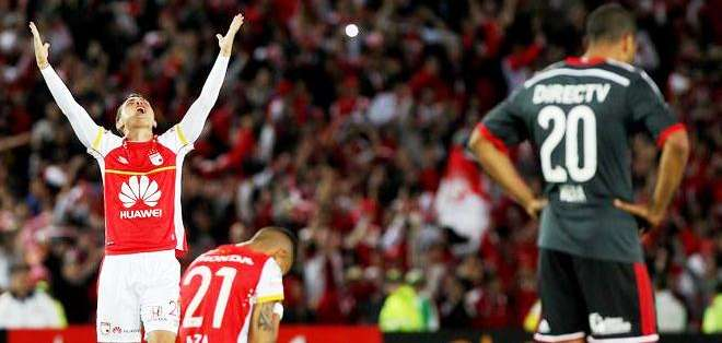 Al final del partido, el agradecimiento general por el triunfo (Foto: EFE)