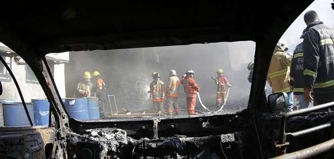 FILIPINAS. Los bomberos han conseguido apagar las llamas, pero aún no han podido revisar el recinto. fotos: EFE