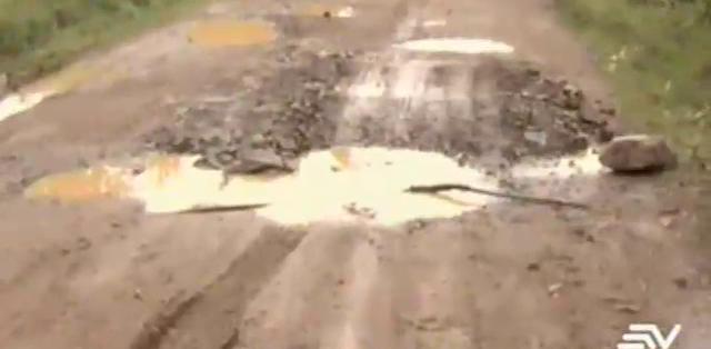 El prefecto de la provincia, Geovanny Benítez, reconoce que el material pétreo utilizado en las carreteras no es de buena calidad.