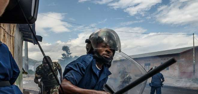BURUNDI. Fuentes militares y testigos afirmaron que las tropas leales al presidente estaban tratando de repeler un ataque contra el complejo de la radio y la televisión estatales. Fotos: AFP