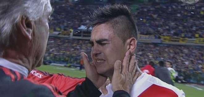 ARGENTINA.- Desde las gradas de la Bombonera, los seguidores aventaron gas que irritó los ojos de los jugadores. Foto: Web.