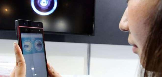 El Arrows NX F-04G utiliza una cámara frontal infrarroja para iluminar el ojo del usuario. Foto: AFP