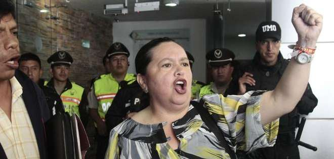 QUITO, Ecuador.- Un grupo de aportantes acudió a la sede en la capital, preocupado por conocer el destino de sus dineros. Fotos: API
