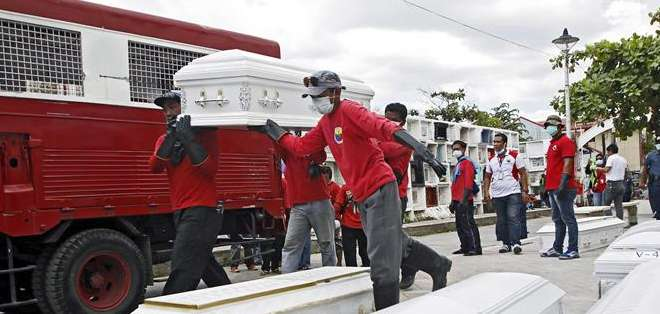 FILIPINAS. Las mayoría de los 72 cadáveres estaban calcinadas e irreconocibles, lo que ha forzado a los expertos a recurrir a pruebas de ADN. Fotos: AFP