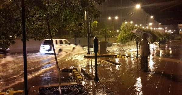 Fuertes vientos y relámpagos acompañaron a la intensa lluvia que sorprendió la tarde y noche de este jueves. Fotos: Twitter.