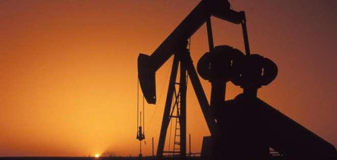"""El precio del barril de """"light sweet crude"""" (WTI) para entrega en junio perdió 19 centavos."""