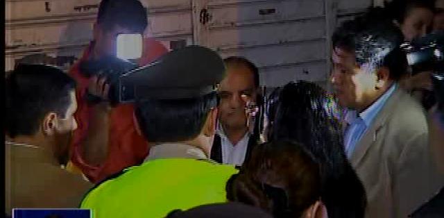 GUAYAQUIL, Ecuado. Los trabajadores de esta institución estaban en una sesión permanente y trataron de impedir el ingreso a las autoridades.