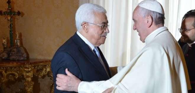 El presidente palestino ofreció al papa un cofre de nácar con un rosario de madera de olivo y reliquias de las dos futuras santas palestinas. Fotos: AFP