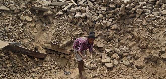 NEPAL. El número de muertos por la réplica de 7,3 grados que azotó el país asiático el martes asciende a 136. Fotos: AFP