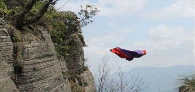 El salto BASE involucra saltar desde un risco con un traje especial con alas, del que luego se desplega un paracaidas.