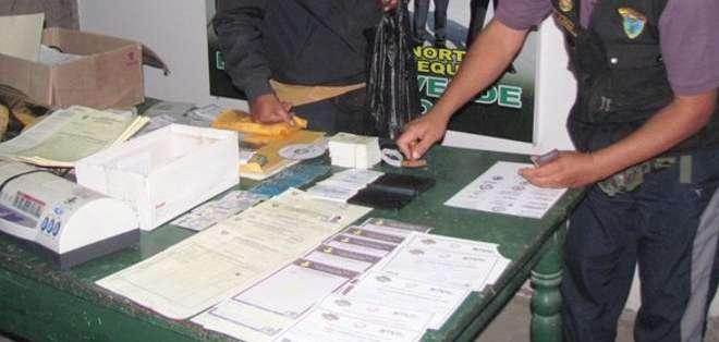 Según la policía, Axact vende en línea y por teléfono falsos diplomas universitarios en nombre de establecimientos que no existen.