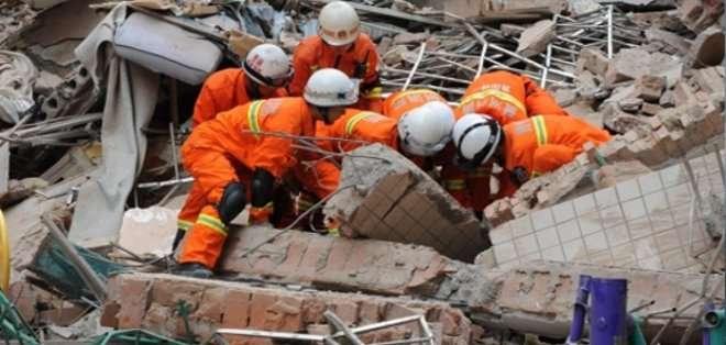 CHINA. Los residentes de los edificios cercanos han sido evacuados después del incidente por miedo a más derrumbes, mientras se investiga la causa de lo ocurrido. Fotos: Archivo