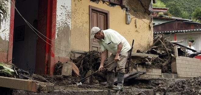 COLOMBIA. La entidad detalló que de las víctimas que dejó el desbordamiento de la quebrada La Liboriana, 73 están en la sede de Medicina Legal de Medellín, capital de Antioquia. Fotos: EFE