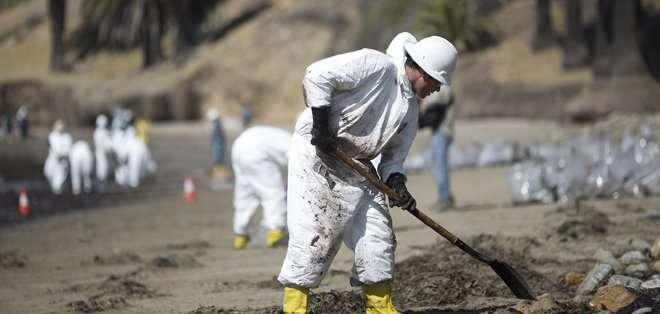 CALIFORNIA, EEUU. La mancha negra, que comenzó a formarse el martes, ha afectado 14 kilómetros de una concurrida zona turística.