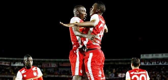 El jugador de Santa Fe Dayron Mosquera (c-i), celebra su gol con su compañero Yerry Mina (Foto: EFE)