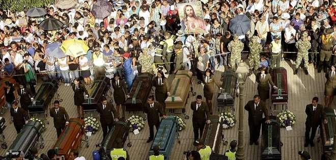 Fueron necesarios más de una docena de sacerdotes para atender a los dolientes que fueron acompañados por el tañido de las campanas de la iglesia del pueblo.