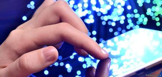 El chip implantado en la mano tiene una antena que permite la comunicación con teléfonos inteligentes.