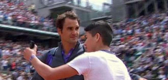 """FRANCIA.- """"No estoy contento, en absoluto"""", dejó claro Federer en la rueda de prensa posterior al choque. Fotos: EFE y capturas de YouTube"""